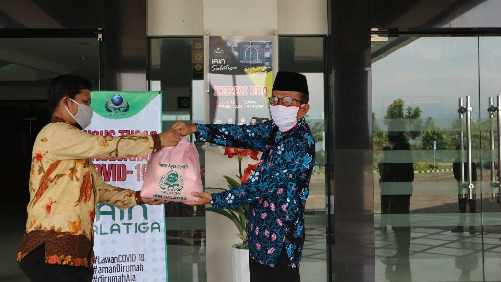 IAIN Salatiga Bagikan Ratusan Paket Sembako untuk Sivitas Akademik Terdampak Pandemi COVID-19
